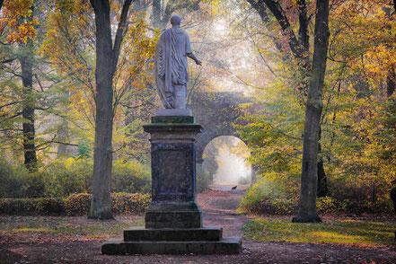 Denkmal  Franz von Anhalt im Dessauer Georgengarten, aus Bildband Dessau-Wörlitzer Gartenreich
