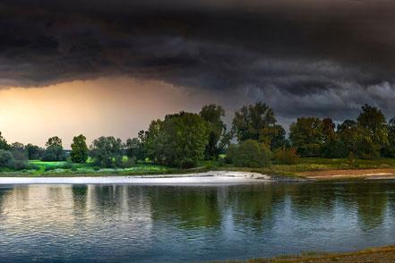 Gewitter über Flusslandschaft