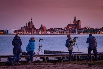 Gruppe beim fotografieren am Abend