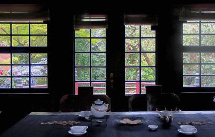 Bild: Teehaus mit gedecktem Tisch. Dahinter japanischer Garten durch Fenster zu sehen