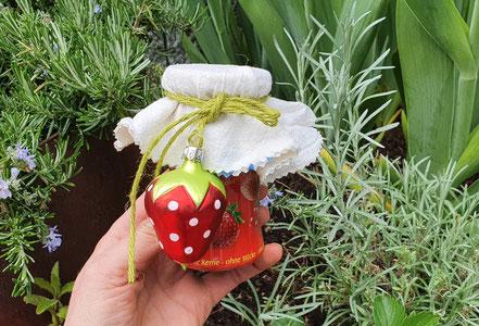 Geschenkidee: Deko-Erdbeeren an selbst gekochter Marmelade.