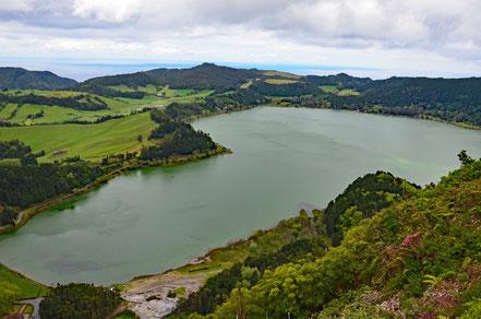 Der See Lagoa das Furnas mit seinen heißen Quellen (unten links).