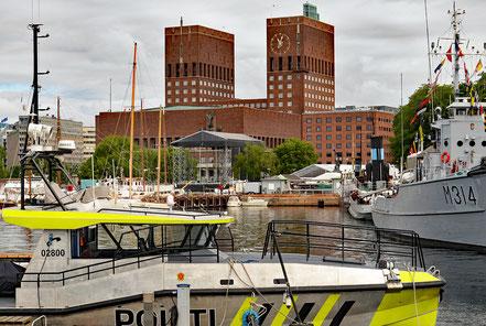 Das Osloer Rathaus vom Hafen aus gesehen.