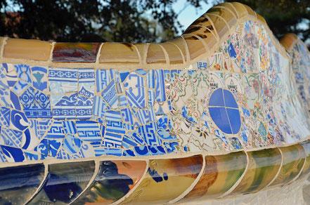 Die aus Keramikscherben verkleidete Bank umschließt die Terrasse.