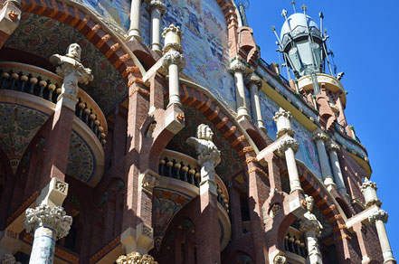Palau de la Música Catalana. Die reich verzierte Fassade fällt ins Auge.