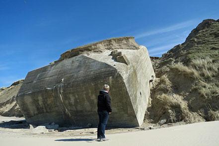 """Bunker liegen wie gestrandete """"Raumkreuzer"""" am Strand."""