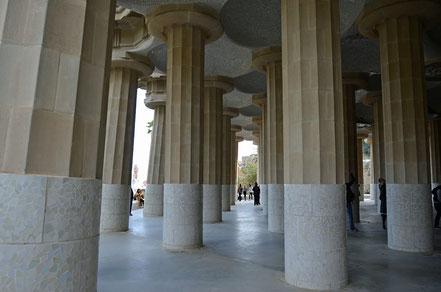 Der Säulensaal unter der Terrasse. Er wird von 86 gerippten ...