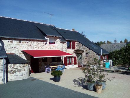 Loation d'un gîte à St Aubin des chateaux avec une grande terrasse ensoleilée avec salon de jardin, transats et parasol