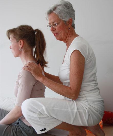 Hella Dinkeldein bei der Shiatsu Rückenmassage