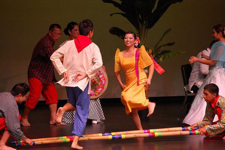 © symplex. Quelle: http://www.thelovelyplanet.net/tinikling-traditional-bamboo-dance-of-philippines/