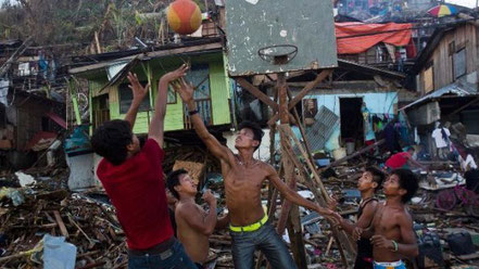 © The Soshal Network2014. Quelle: http://www.thesoshalnetwork.com/wp-content/uploads/2014/07/philippines-basketball-typhoon-haiyan-570x320.jpg