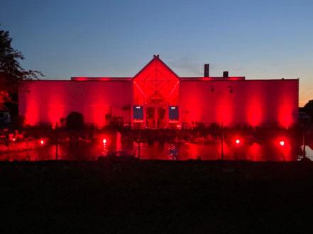 Night of Light 2020: Cine-Mobil in 28816 Stuhr-Brinkum - die imposante Immobilie wurde ebenfalls rot beleuchtet (Foto: 06-2020, Jens Schmidt)