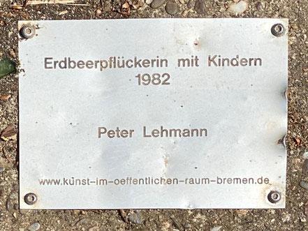 """Inschrift am Kunstobjekt """"Erdbeerpflückerin mit Kindern"""" von Peter Lehmann, 1982 (Foto: 05-2020, Jens Schmidt)"""