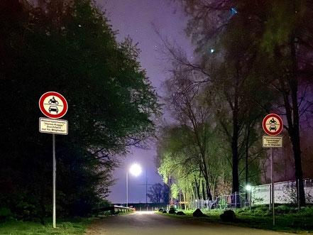 Nachtaufnahme der Einfahrt zum Wassersportverein Hanse-Kogge, Bremen Obervieland (Foto: 04-2020, Jens Schmidt)