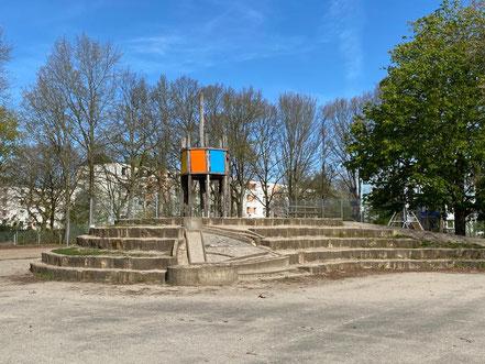 Spielmöglichkeiten für Kinder auf dem Schulhof der Schule an der Stichnathstraße in 28277 Bremen-Kattenturm, Bremen Obervieland (Foto: 04-2020, Jens Schmidt)