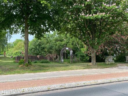 Draufsicht direkt von der Alfred-Faust-Straße, hier der Eingangs-Torbogen zum Steingarten - Stadtgrundriss, Skulptur in Bremen-Kattenturm, Bremen Obervieland (Foto: 05-2020, Jens Schmidt)