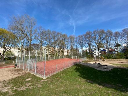 Eingezäuntes Fußballfeld auf dem Schulhof der Schule an der Stichnathstraße in 28277 Bremen-Kattenturm, Bremen Obervieland (Foto: 04-2020, Jens Schmidt)