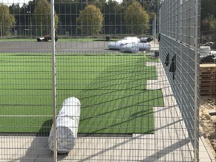 Die Kunstrasenrollen für den TuS Komet Arsten werden verlegt (09.10.2018)