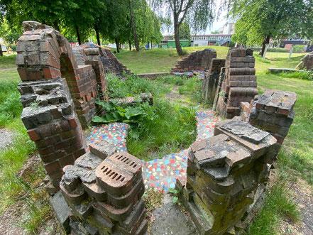 Verschiedene Ziegelsteinformen, farbige Keramikfliesen und Ton bilden die Hauptelemente des Kunstwerks Steingarten, einer Skulpturengruppe in Bremen-Kattenturm, Bremen Obervieland (Foto: 05-2020, Jens Schmidt)