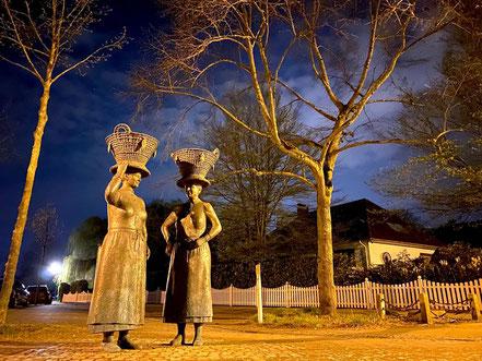 Arster Marktfrauen Skulpturengruppe bei Nacht (Foto: 04-2020, Jens Schmidt)