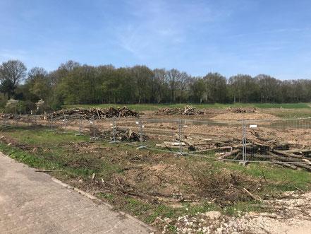 Bauzaun an der Habenhauser Landstraße mit Blick auf den Friedhof Huckelriede: Hier wird die neue Gartenstadt Werdersee bis 2024 entstehen (Foto: 04-2018, Jens Schmidt)