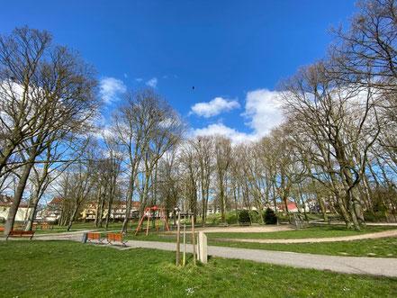 Die Erinnerungsstele ist in eine kleine Parkumgebung eingebettet (Foto 03-2020, Jens Schmidt)
