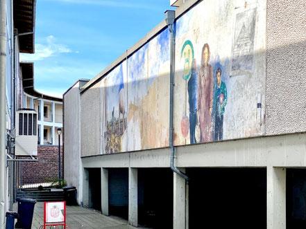 """Das Wandbild """"Obervielander Vergangenheit und Gegenwart"""" ist auch von der Gorsemannstraße durch einen Gitterzaun sichtbar (Foto: 06-2020, Jens Schmidt)"""