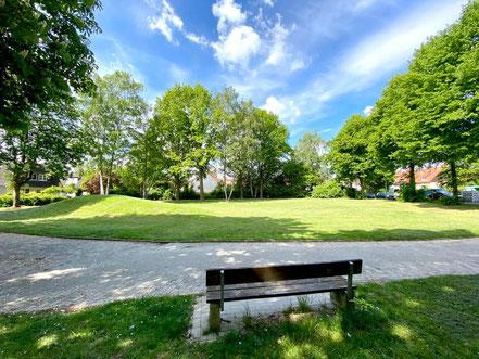 Auch die Grünanlage Wecholder Straße in Kattenesch ist mit Sitzbänken ausgestattet, diese sind allerdings schon in die Jahre gekommen (Foto: 05-2020, Jens Schmidt)
