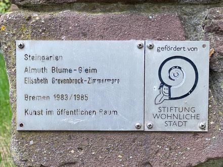"""Der """"Steingarten"""" als Kunst im öffentlichen Raum in Bremen-Kattenturm, hier: Inschrift am Objekt (Almuth Blume-Gleim und Elisabeth Grevenbrock-Zimmermann), Bremen 1983 / 1985 (Foto: 05-2020, Jens Schmidt)"""