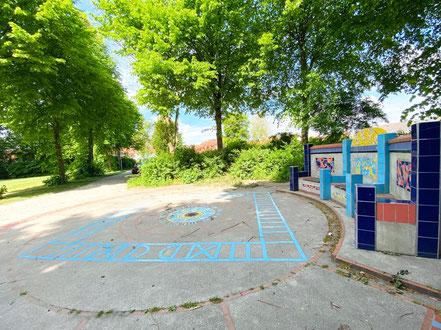 Das Kunstwerk wurde in einer Grünanlage an der Wecholderstraße in Bremen-Kattenesch installiert (Foto: 05-2020, Jens Schmidt)