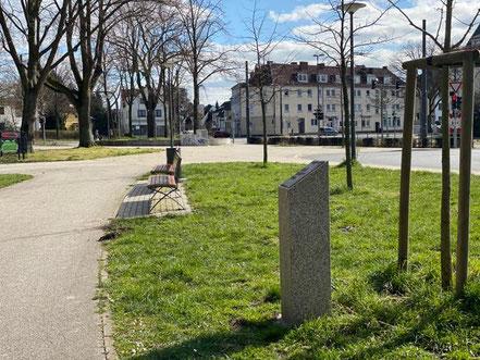 Eine 120 cm große Marmorstele erinnert an die Opfer des Gladbecker Geiseldramas in Bremen Huckelriede (Foto 03-2020, Jens Schmidt)