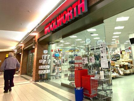 Große Verkaufsfläche, niedrige Preise: Das ist das Ladenkonzept von Woolworth (hier die Filiale im Werder Karree Bremen-Habenhausen, Bremen Obervieland)