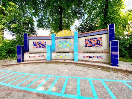 Dreiteilige Sitzbank mit bunten Fliesenornamenten (Kunstwerk im öffentliche Raum in Bremen-Kattenesch, Bremen Obervieland) (Foto: 05-2020, Jens Schmidt)