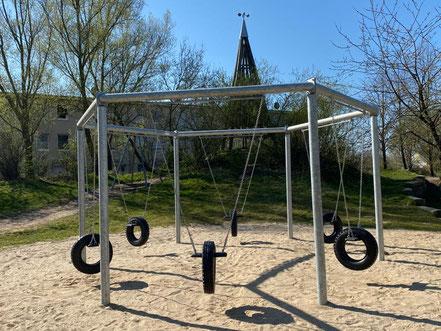 """Schaukelanlage auf dem Spielplatz """"Arsterix"""", Carl-Katz-Straße 2, Bremen Arsten (Obervieland) (Foto: 04-2020, Jens Schmidt)"""