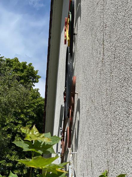 """In der Seitenansicht handelt es sich nicht um Draht, sondern eine ca. 5 cm breite Stahlbahn, die entsprechend bearbeitet wurde. """"Bremer Stadtmusikanten"""" Kunst im öffentlichen Raum an der Oberschule Habenhausen (Foto: 05-2020, Jens Schmidt)"""