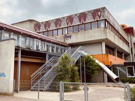 """Kunstwerk """"Steinzeit gegen Betonzeit"""", 1983 von Li Portenlänger am BGO und Gymnasium Links der Weser großflächig inszeniert (Foto: 05-2020, Jens Schmidt)"""
