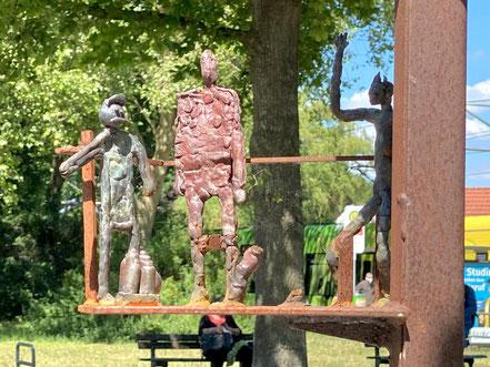 """Detailsaufnahme des Kunstwerks, an dem Menschen verschiedener Nationen beteiligt waren: Aufwändig gestaltete filigrane Einzeldarstellungen - """"Vom Gehen + Kommen"""" steht seit 2017 in Bremen-Kattenturm als Kunstprojekt (Foto: 05-2020, Jens Schmidt)"""