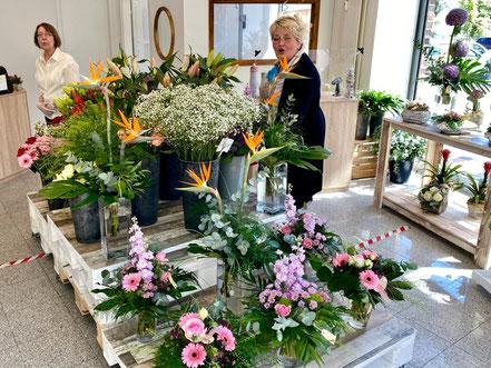 Helfende Hände unterstützen am Eröffnungstag des Blumenladens Lichtblick in Bremen-Kattenturm, Bremen Obervieland (Foto: 05-2020, Jens Schmidt)