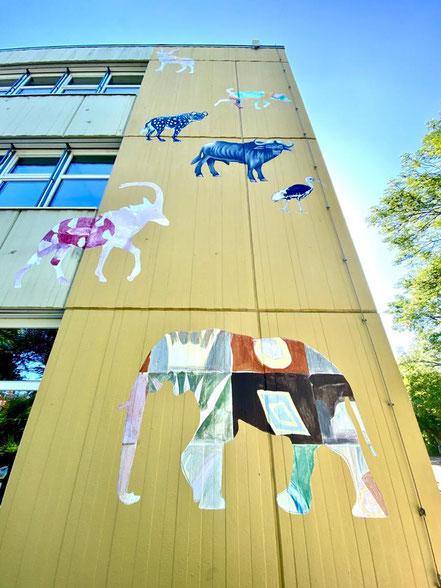 Afrikanische Wildtiere wie Elefanten, Antilopen, Giraffen und andere Tiere zieren seit 2008 die Fassade an der Grundschule Alfred-Faust-Straße in Bremen-Kattenturm (Foto: 05-2020, Jens Schmidt)