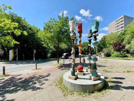 """Fünf in den Himmel ragende Einzelsäulen auf einem runden Betonfuß - """"Vom Gehen + Kommen"""" ist ein Kunstprojekt im öffentlichen Raum in Bremen-Kattenturm, Bremen Obervieland (Foto: 05-2020, Jens Schmidt)"""
