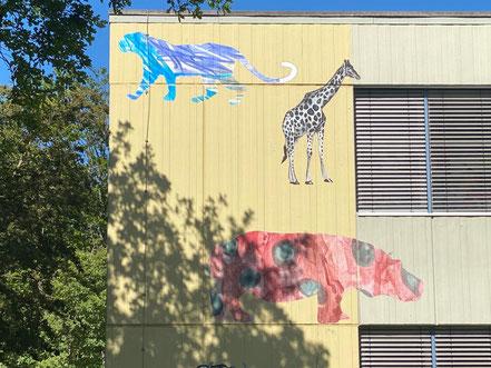 Afrikanische Wildtiere in phantasievollen Farben - Kunst im öffentlichen Raum an der Grundschule Alfred-Faust-Straße in Bremen-Kattenturm, Bremen Obervieland (Foto: 05-2020, Jens Schmidt)