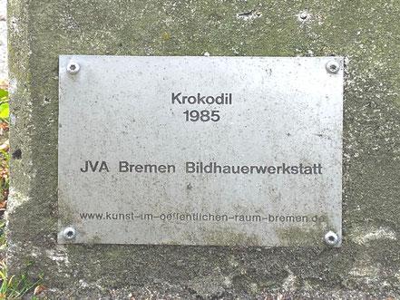"Inschrift der Skulptur ""Krokodil"" 1985 - JVA Bremen Bildhauerwerkstatt (Foto: 05-2020, Jens Schmidt)"