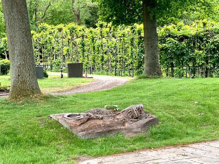 """Die Bronzeplastik """"Teppich"""" auf dem Arster Friedhof ist in den Boden eingelassen (Foto: 05-2020, Jens Schmidt)"""