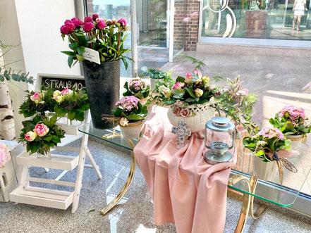 Blumengestecke und -sträuße im Schaufenster - der neue Blumenladen Lichtblick in Bremen-Kattenturm wurde am 29.05.2020 eröffnet (Foto: 05-2020, Jens Schmidt)