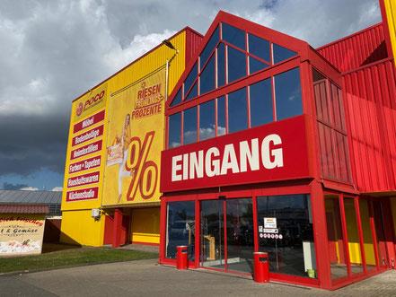 Direkt vor dem POCO Einrichtungsmarkt in Bremen-Habenhausen befindet sich der Halber-Meter-Bratwurst Imbiss