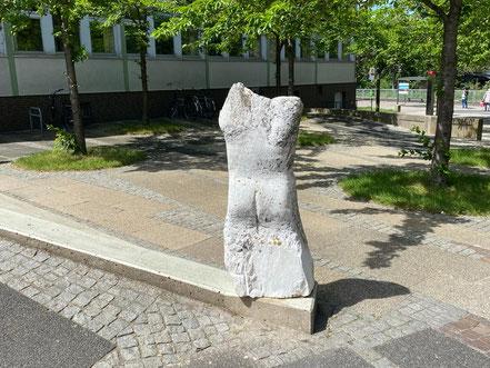 Skulptur am Kattenturmer Markt in Kattenturm-Mitte, Bremen Obervieland (Foto: 05-2020, Jens Schmidt)