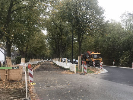 Der Straßenverkehr wird über den ehemaligen Fußweg auf der gegenüberliegenden Straßenseite der Gartenstadt Werdersee geleitet (Foto 10/2018)