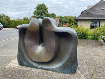 """Bronzeplastik """"Das Sonnenzeichen"""" von der Vorderseite - Künstler: Wolf E. Schultz (Foto: 05-2020, Jens Schmidt)"""