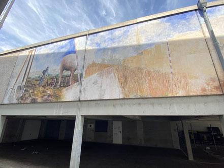 """Linker und mittlerer Bildteil des Wandbilds """"Obervielander Vergangenheit und Gegenwart"""" von 1983. Eine Regenrinne trennt den rechten Bildabschnitt. (Foto: 06-2020, Jens Schmidt)"""