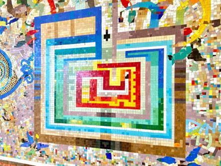 Wandgestaltung Mosaik von Eugenia Schuffert Danu: Innerhalb des Kunstwerks bildet dieses mehrfarbige Rechteck des größte gestaltete Objekt (Foto: 06-2020, Jens Schmidt)